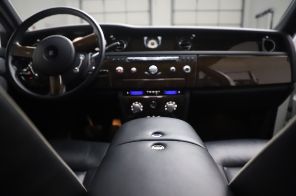 Used 2014 Rolls-Royce Phantom for sale $189,900 at Pagani of Greenwich in Greenwich CT 06830 28